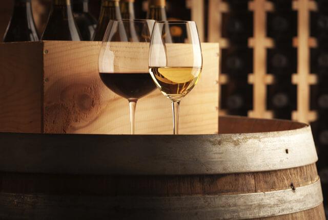 樽の上にワイングラス
