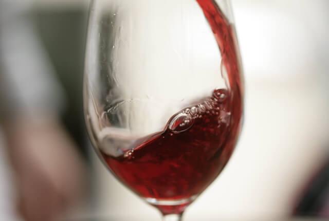 赤ワインが入ったグラス